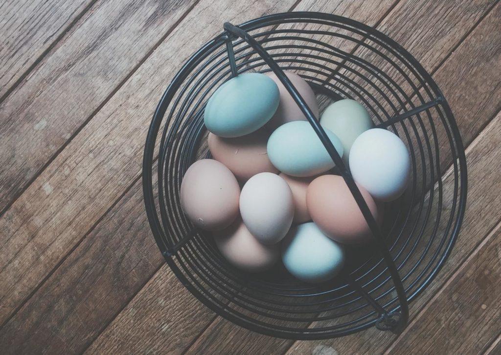 Tipy a triky na přírodní barvení vajíček