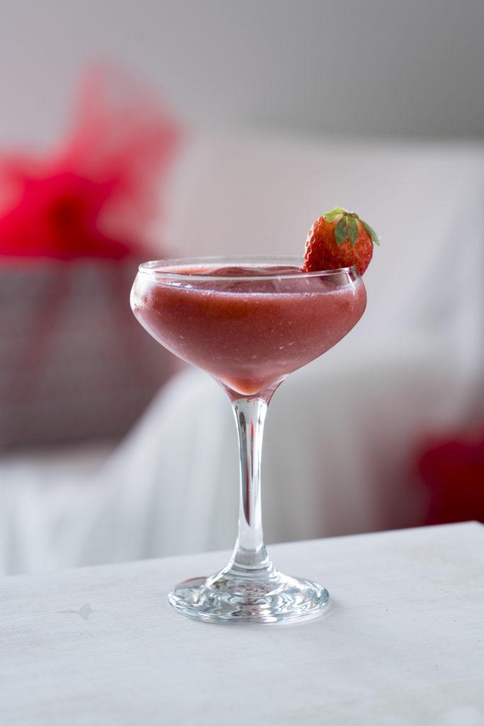 Je libo alkoholický koktejl plný jahod?