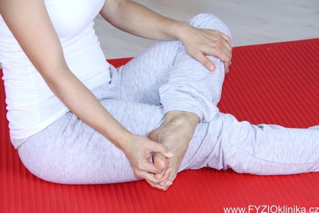 Vbočený palec může mít příčinu i v napjaté krční páteři
