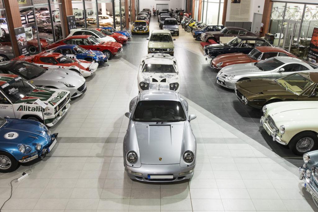 Jedna z největších sbírek automobilových legend Engine Classic Cars Gallery nově k vidění v Premium Outlet Prague Airport