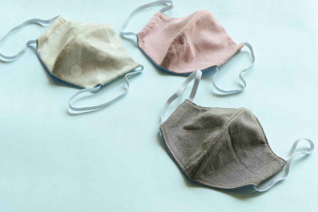 Jak správně prát látkové roušky i oblečení
