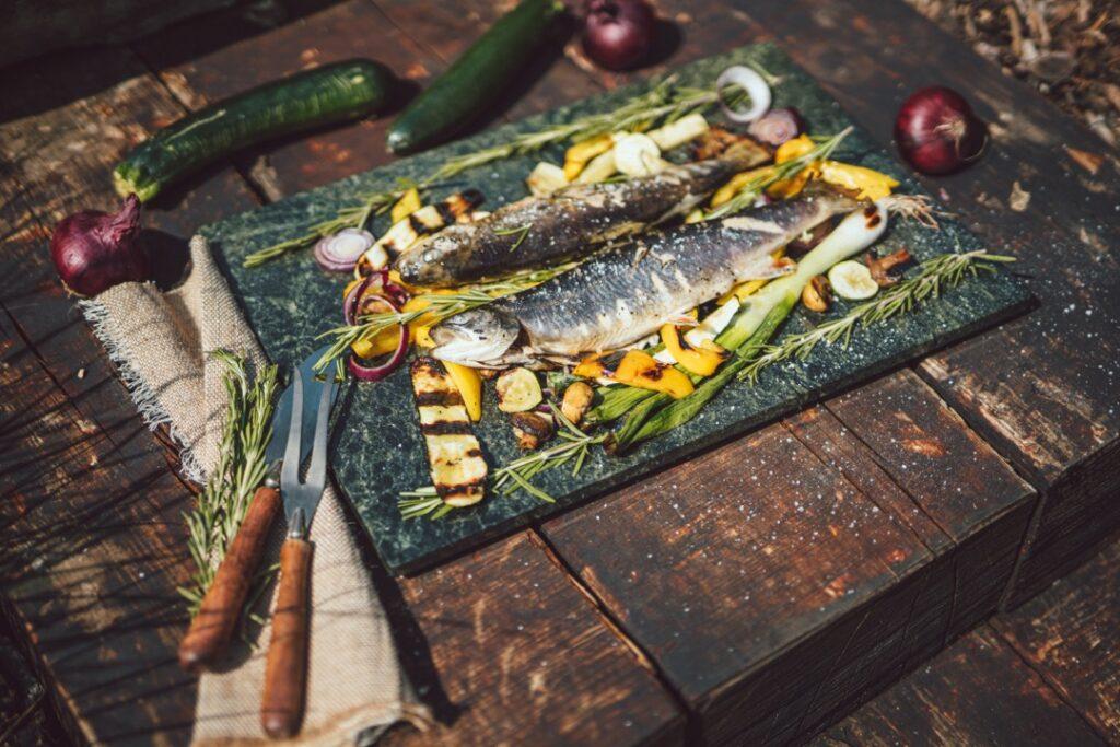 Letní recepty plné bylinek, zeleniny, ryb a svěžesti