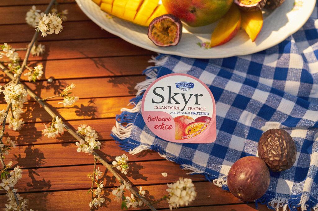 Letní edice bohušovického SKYRU přináší příchutě mango-maracuja a třešně-černý rybíz