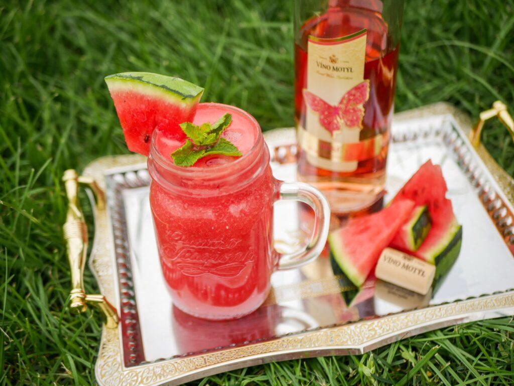 Osvěžující letní koktejly z vína