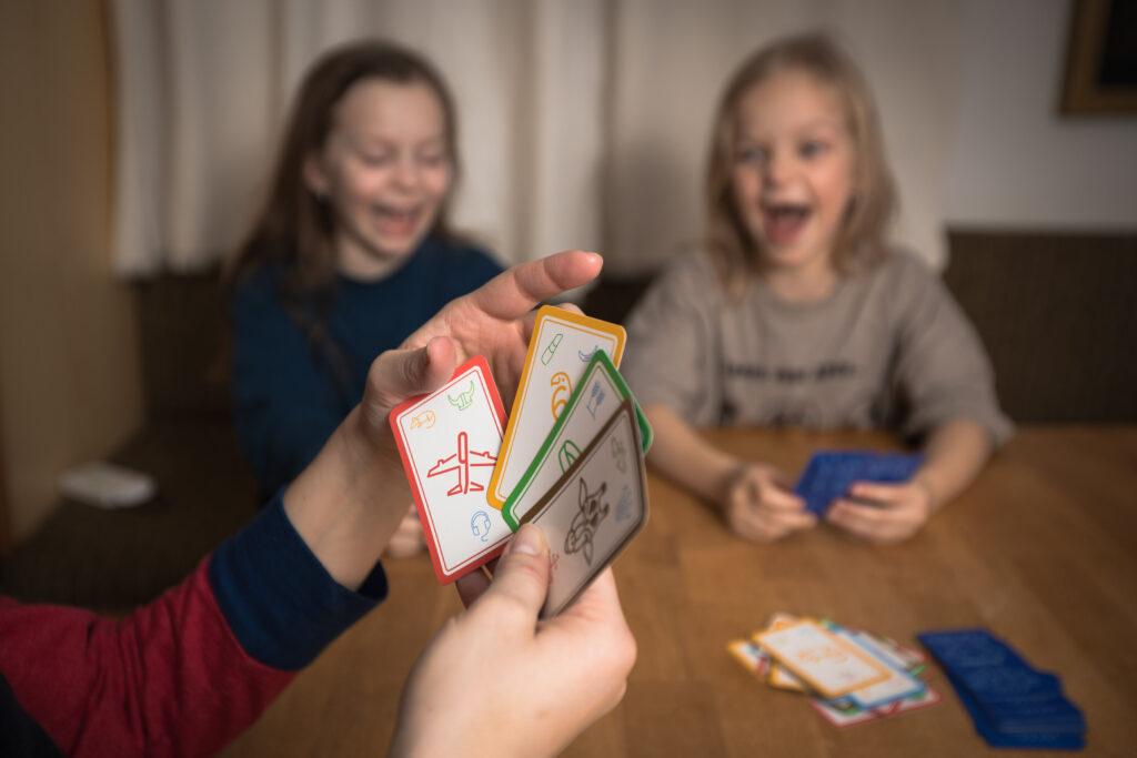 Zabavte celou rodinu offline. Kreativní karty přinášejí legraci i vzdělávání