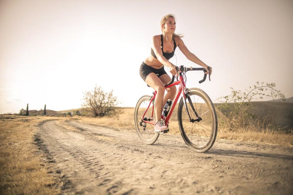 Výlety na kole patří k oblíbeným letním aktivitám. Na co dát nejvíce pozor?