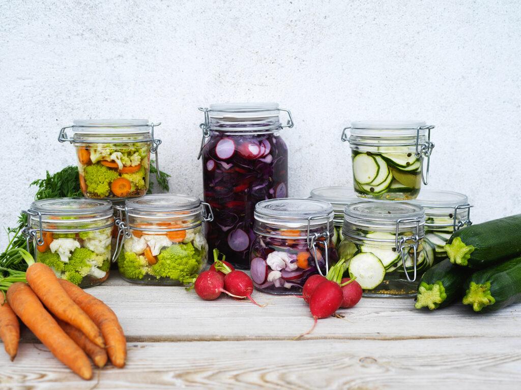 Zbyla vám letní úroda zeleniny? Zkuste ji zavařit nebo naložit